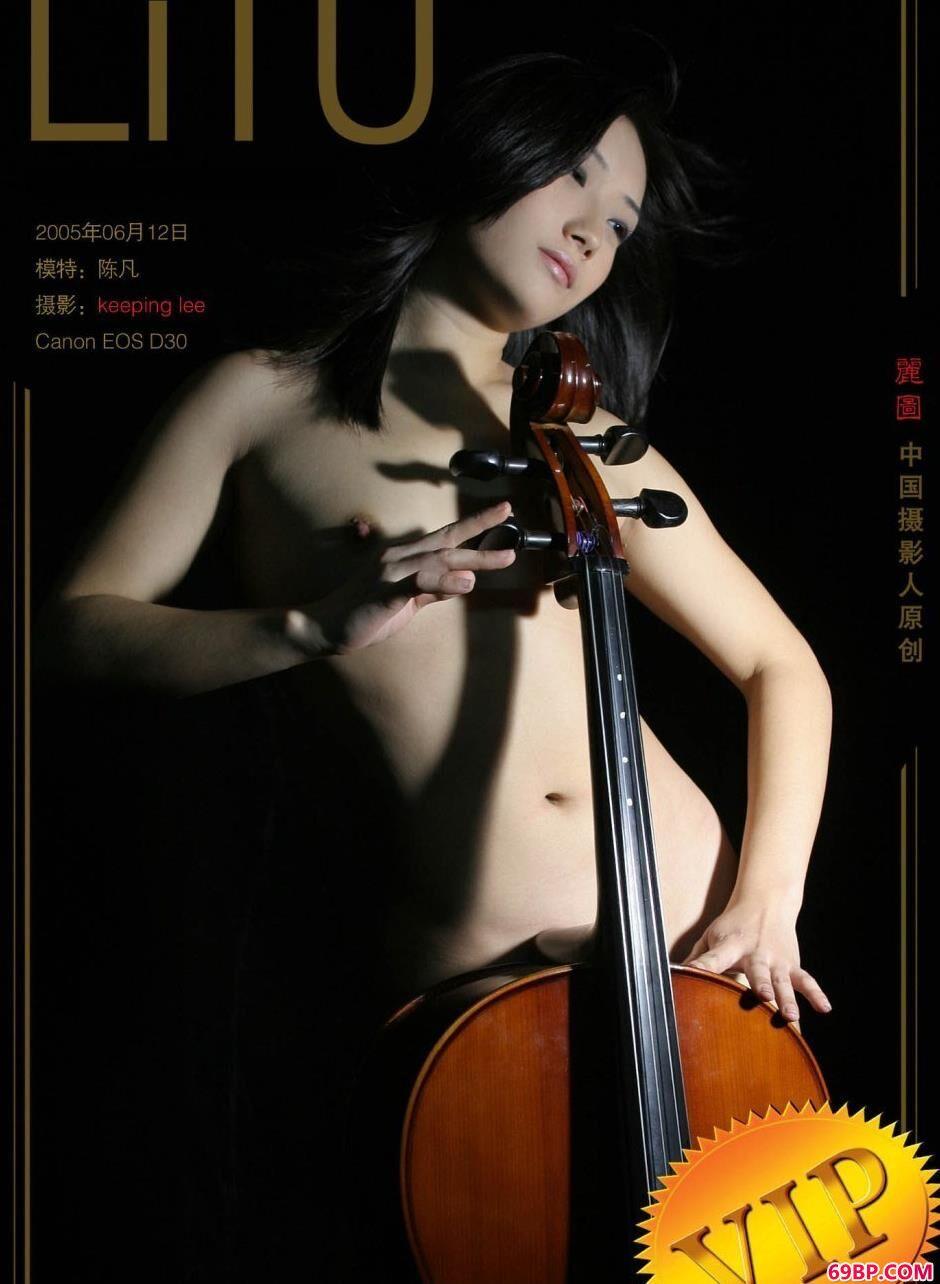 性感靓妹陈凡棚拍大提琴人体_苏紫紫照片无马赛克