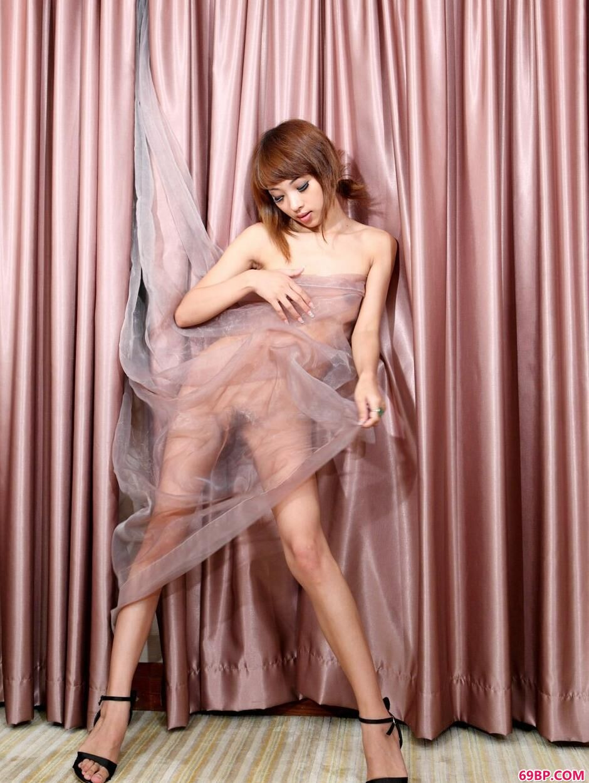 靓妹晓君房间里的抚媚人体,泰国男性人体艺术大胆