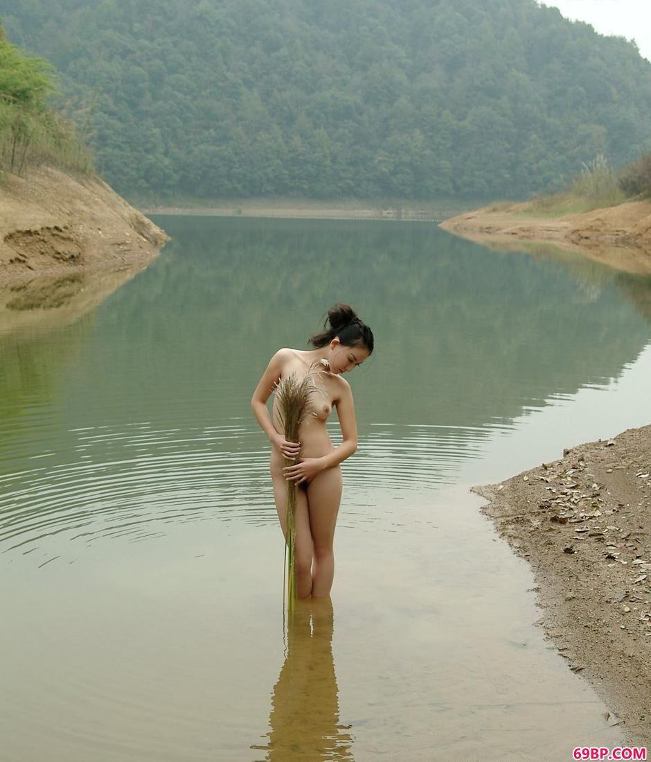 名模杨芳乡村小河上的抚媚人体
